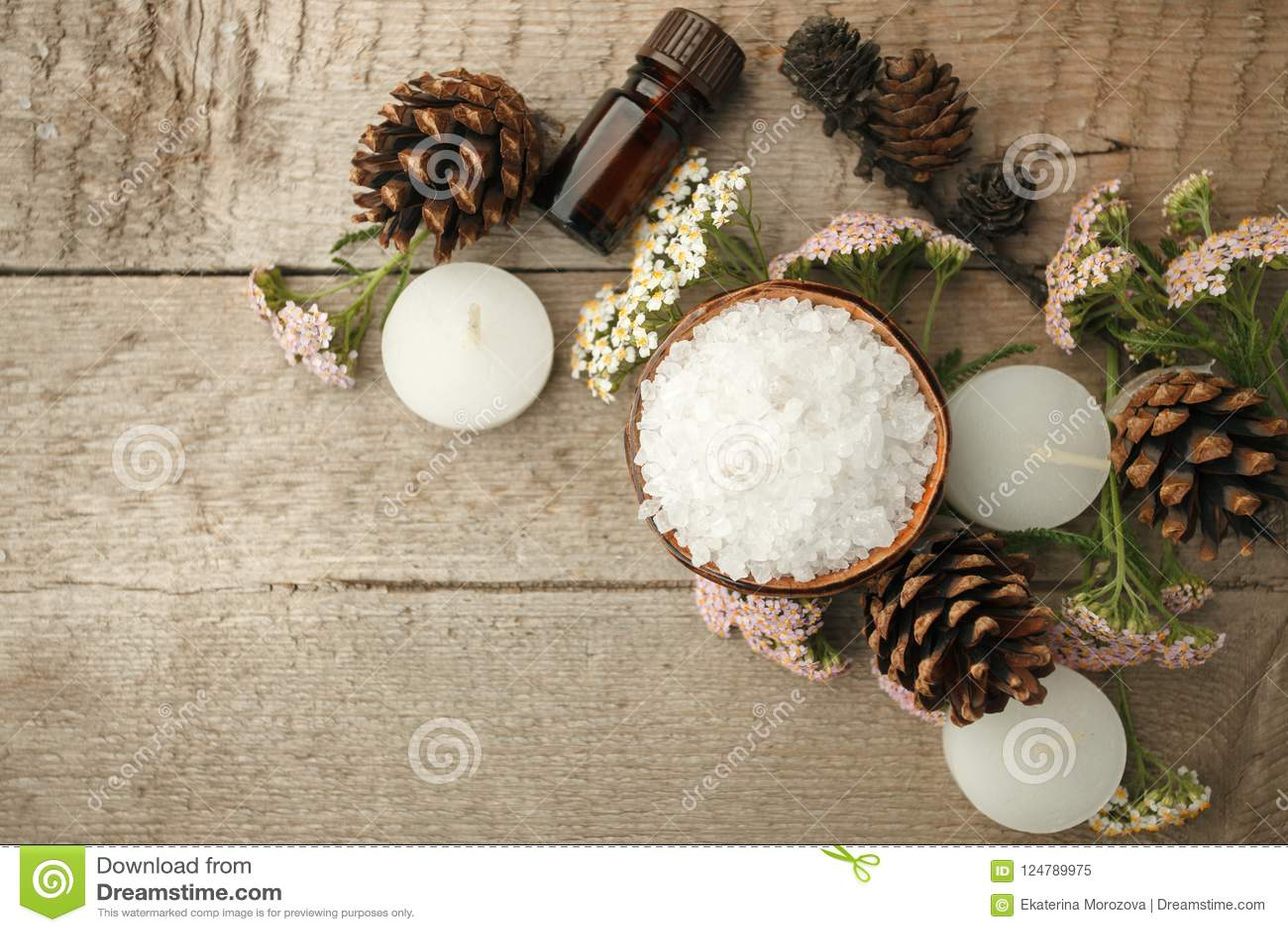 Spa sammansättning på trätabellen Naturlig aromolja, hav som är salt på lantlig träbakgrund Sund hudomsorg Tvål-, handduk- och bl