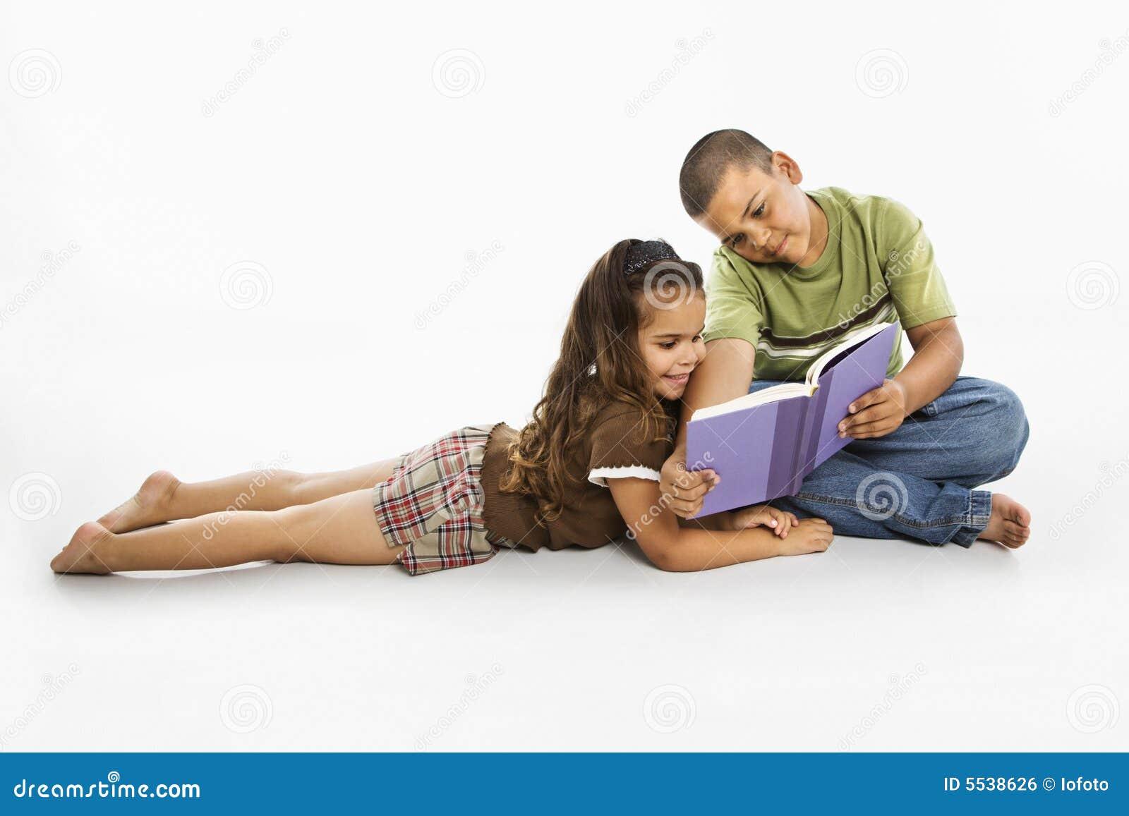 Spaans jongen en meisjeslezingsboek samen.