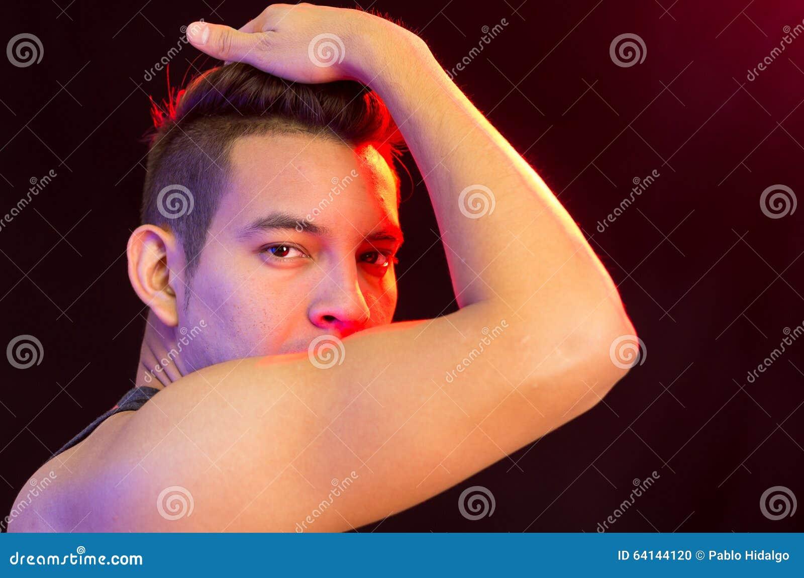 Spaans mannetje die rood zwart gestreept hemd dragen