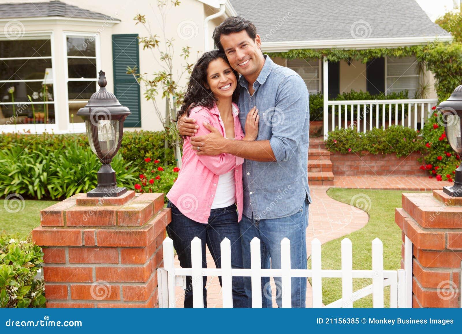 Spaans paar dat zich buiten huis bevindt