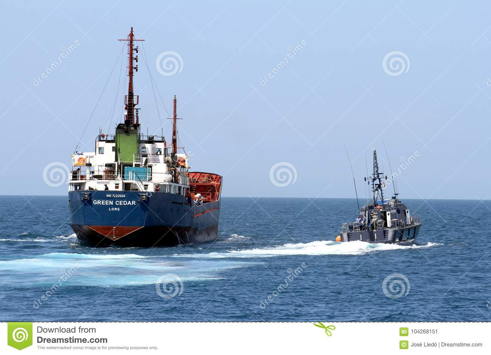 Spaanse douanekustwacht die een motorschip controleren