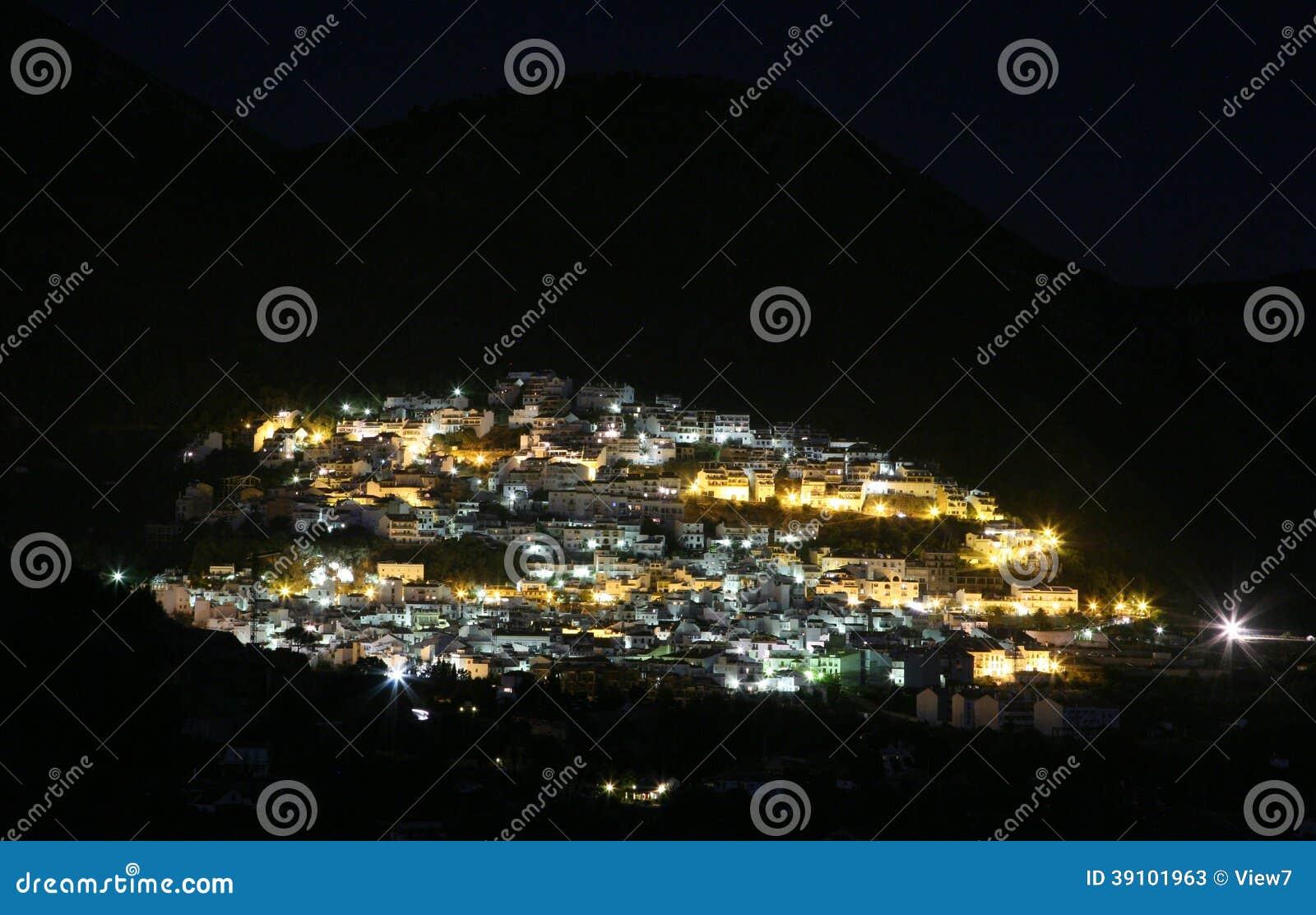 Spaanse stad bij nacht