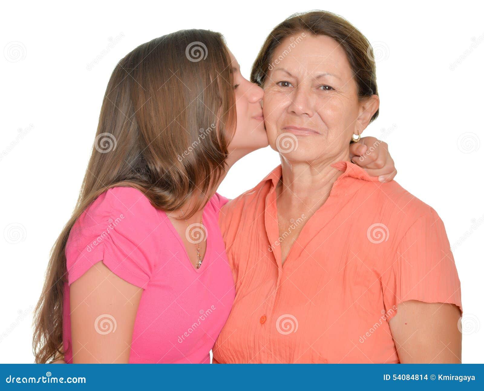 Spaanse tiener die haar grootmoeder kussen