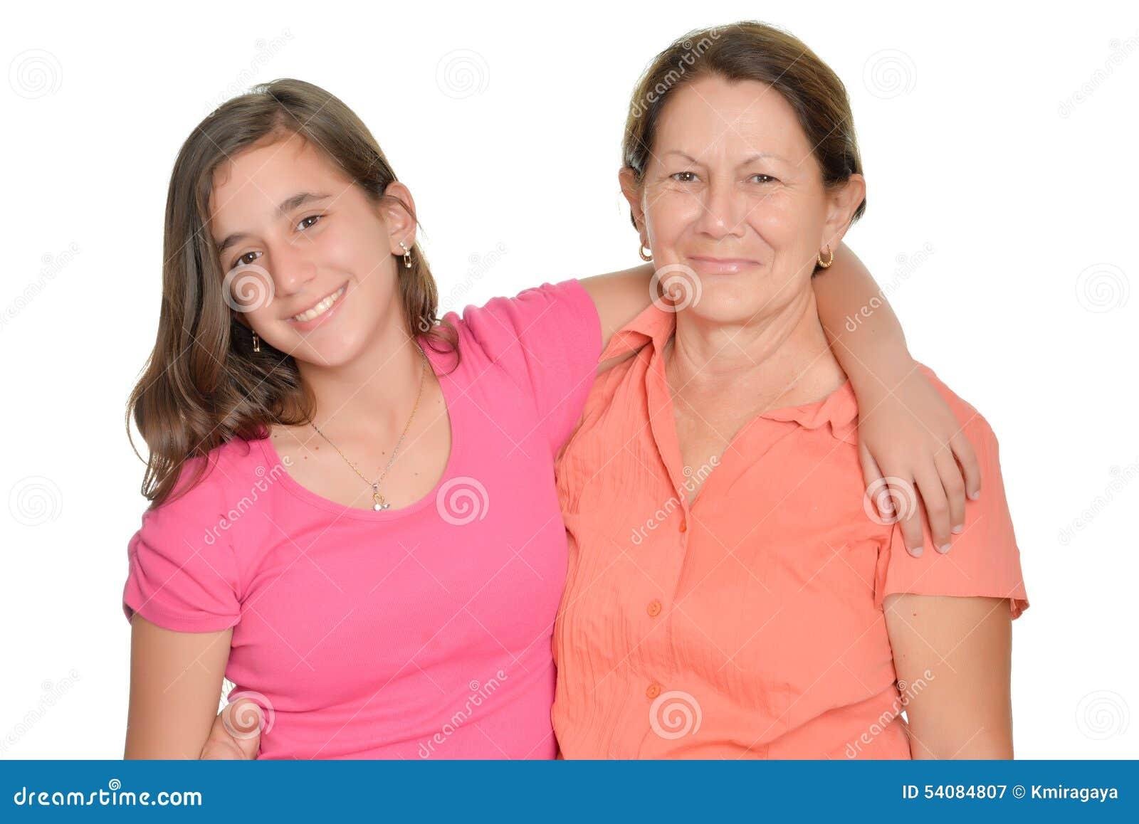 Spaanse tiener en haar die grootmoeder op wit wordt geïsoleerd
