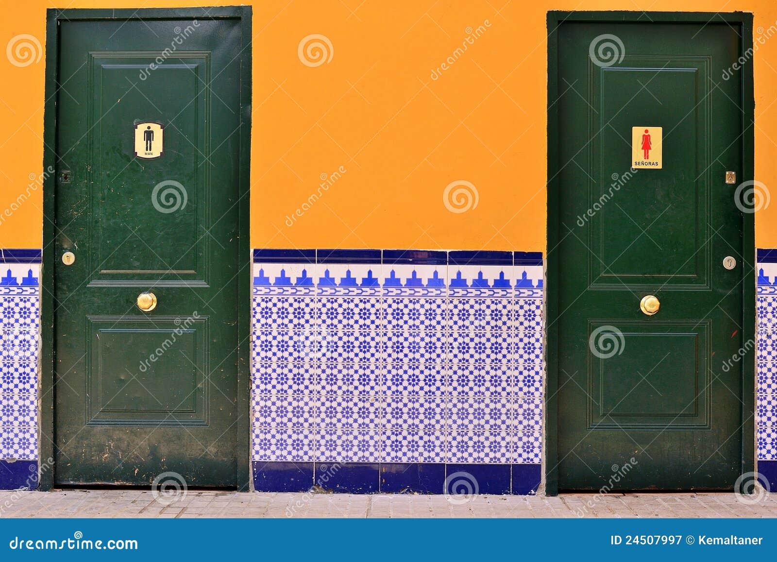 Spaanse wc met tegel stock afbeelding afbeelding bestaande uit mens 24507997 - Wc muur tegel ...