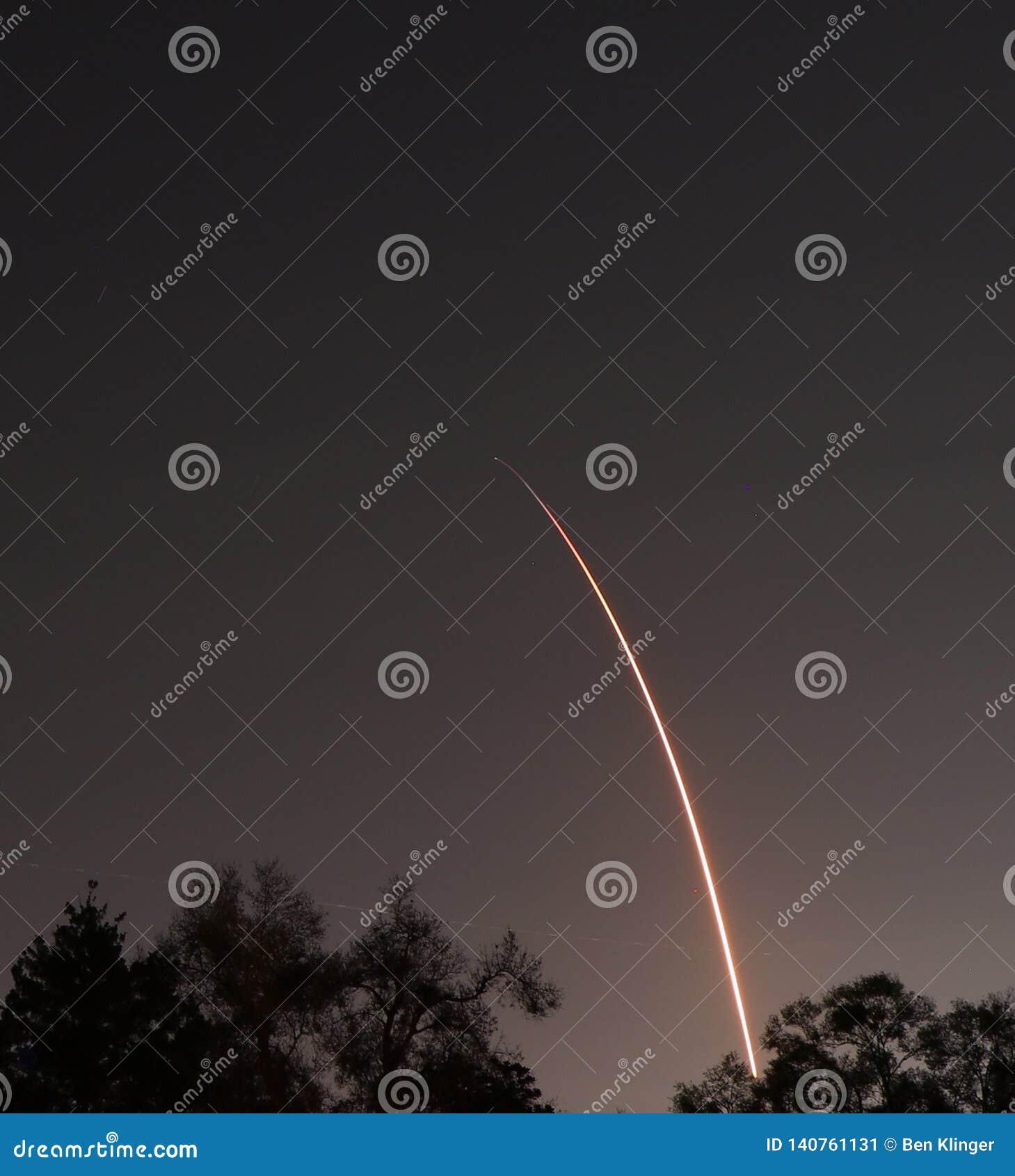 SpaceX猎鹰九号夜发射