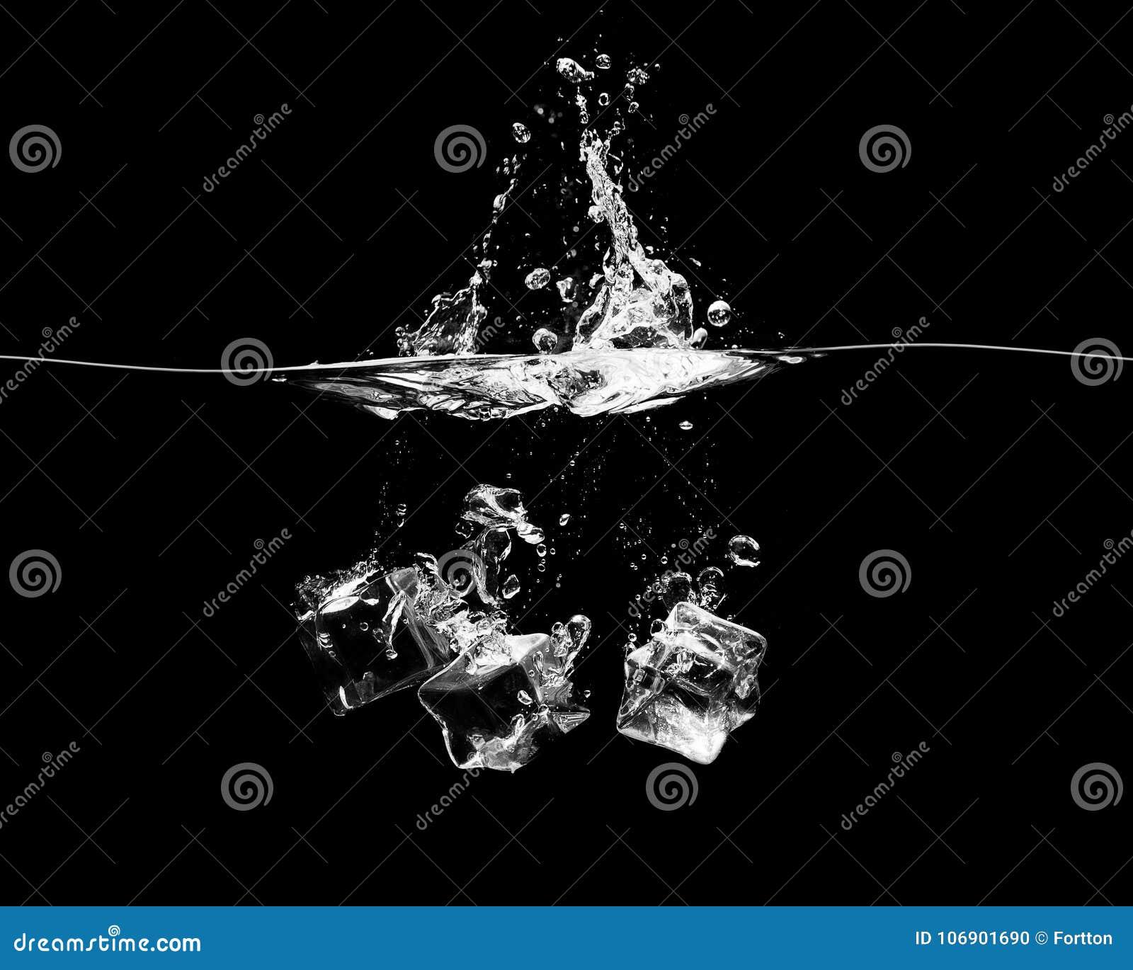 Spada kostki lodu na czarnym tle