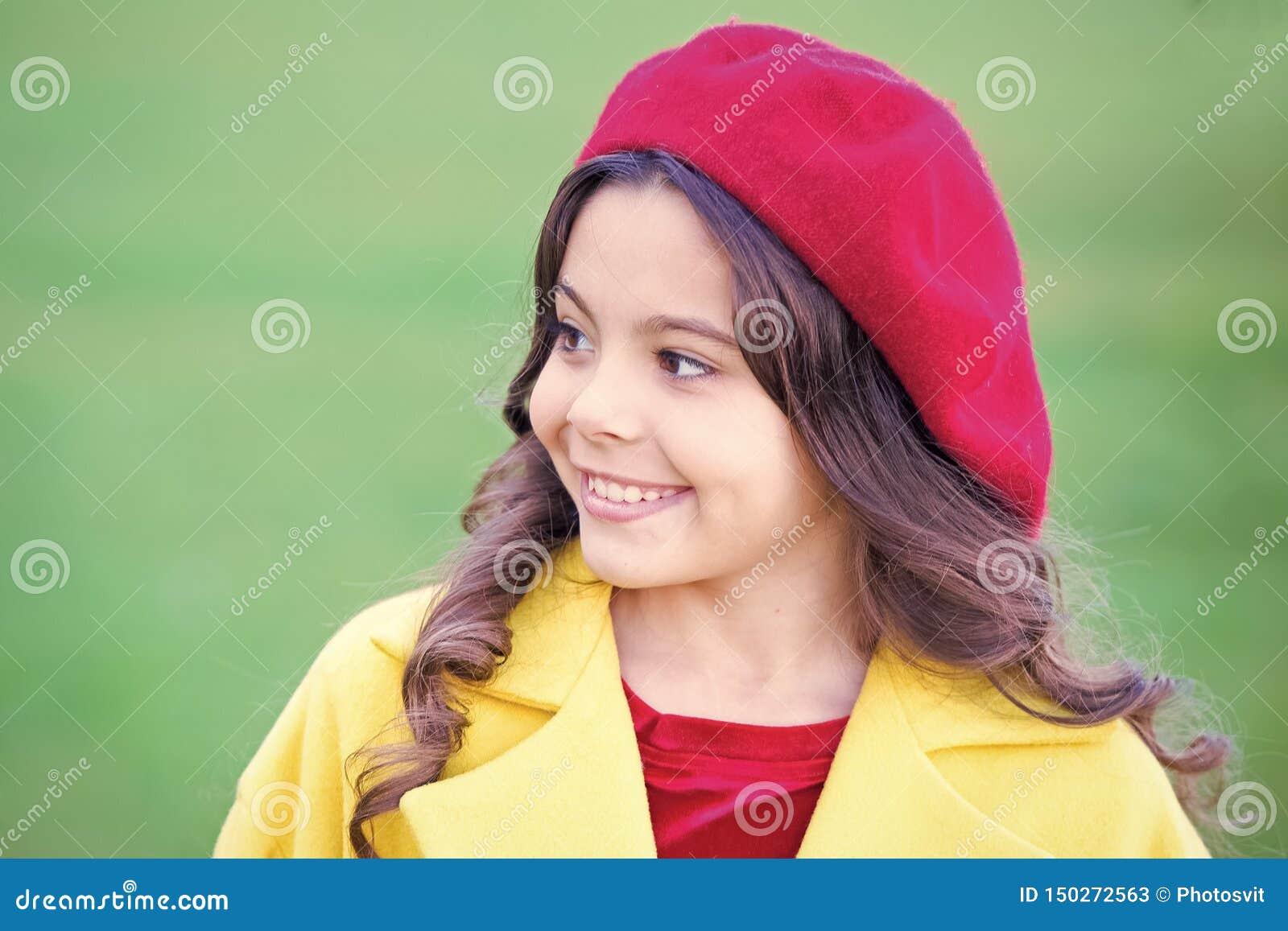 Spadek mody kapeluszowy akcesorium Francuski trendu sezon jesienny Powabnego francuza stylu modna dziewczyna Spadek mody poj?cie