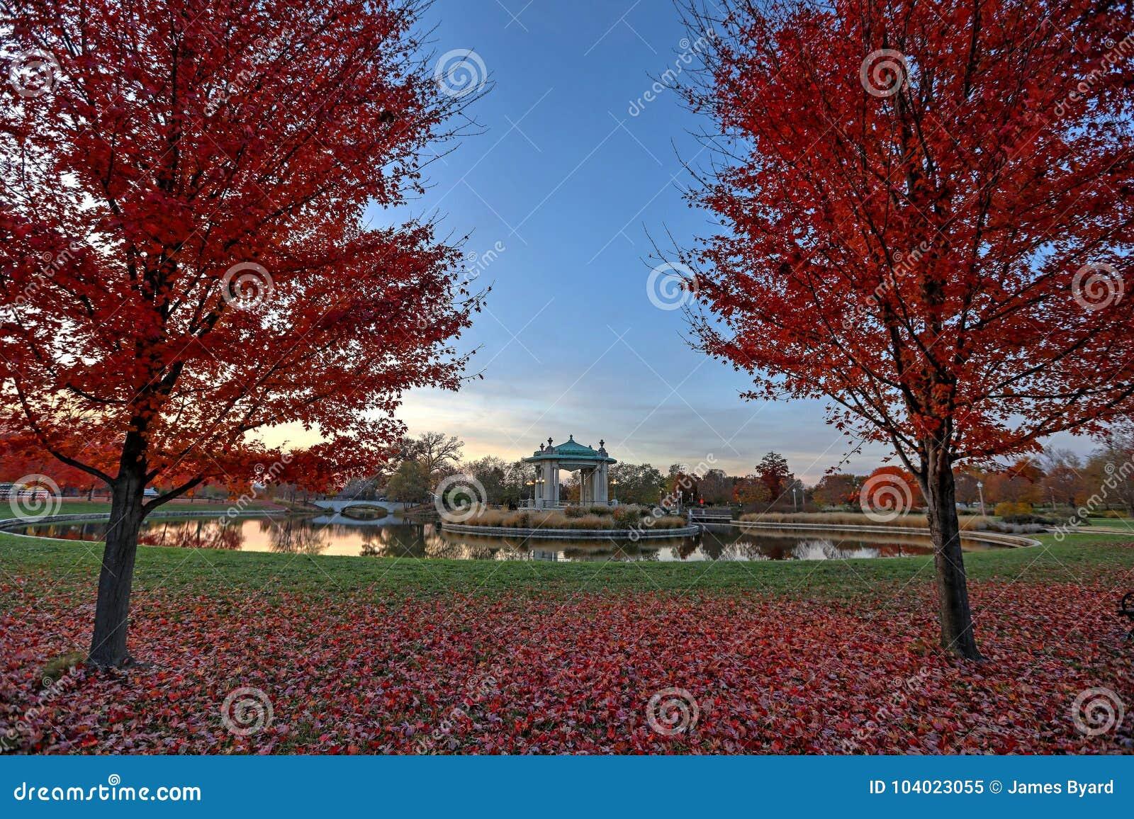 Spadku ulistnienie wokoło Lasowego Parkowego bandstand w St Louis, Missouri