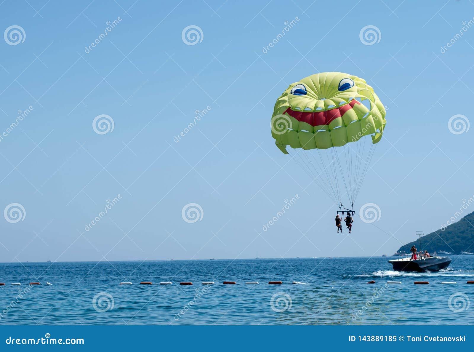 Spadochron wiążący szybkościowa łódź przy morzem