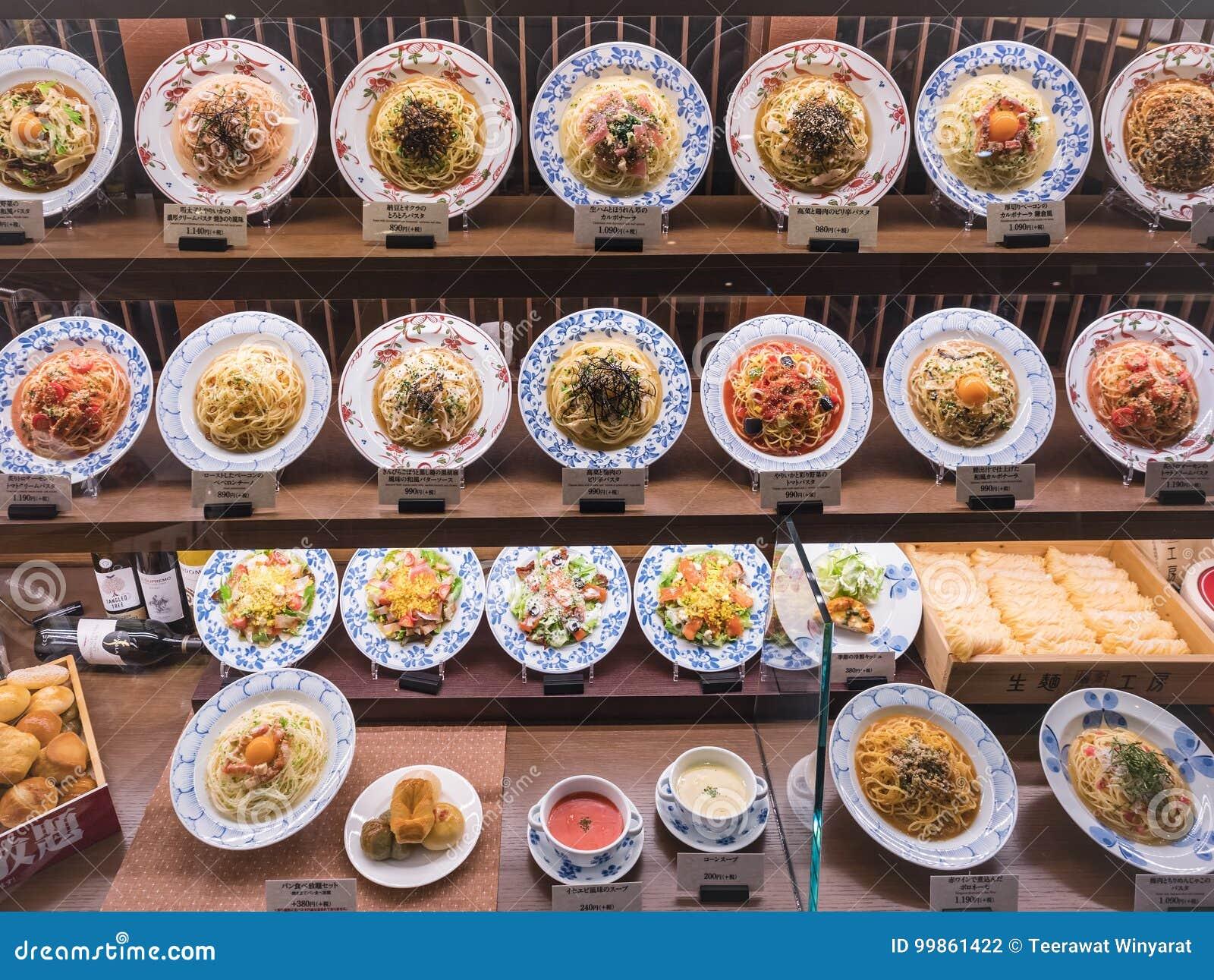 Spagetti för Japan matskärm pläterar den italienska japanska fusionrestaurangen