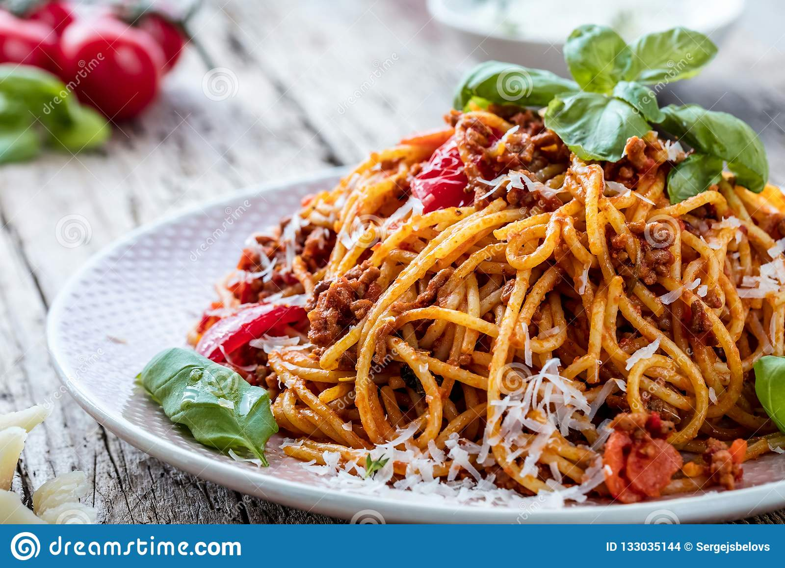 Spagetti fresco y delicioso boloñés en la tabla de madera