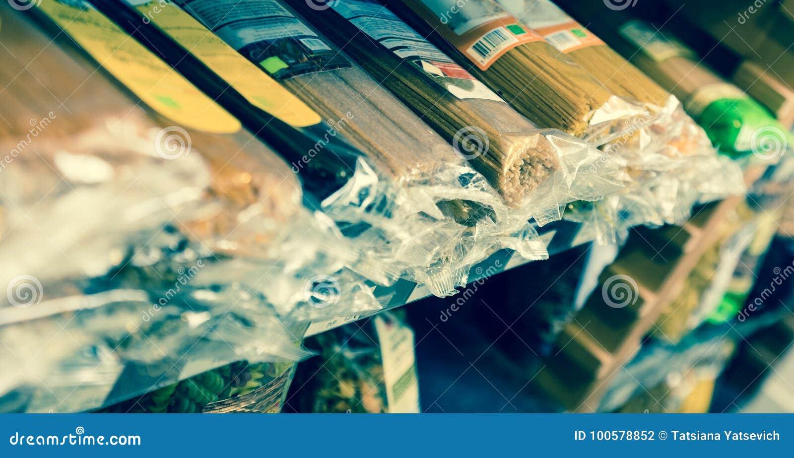 Spagetti i plast- förpacka på hyllor