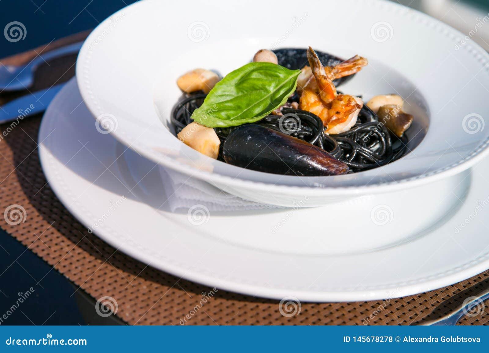 Spagetti met zeevruchten op een plaat