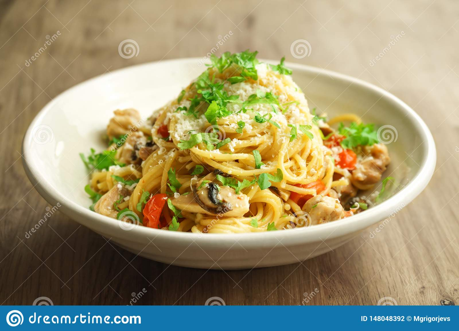 Spagetti one pot pasta with chicken, mushrooms and shallots in a creamy sauce.