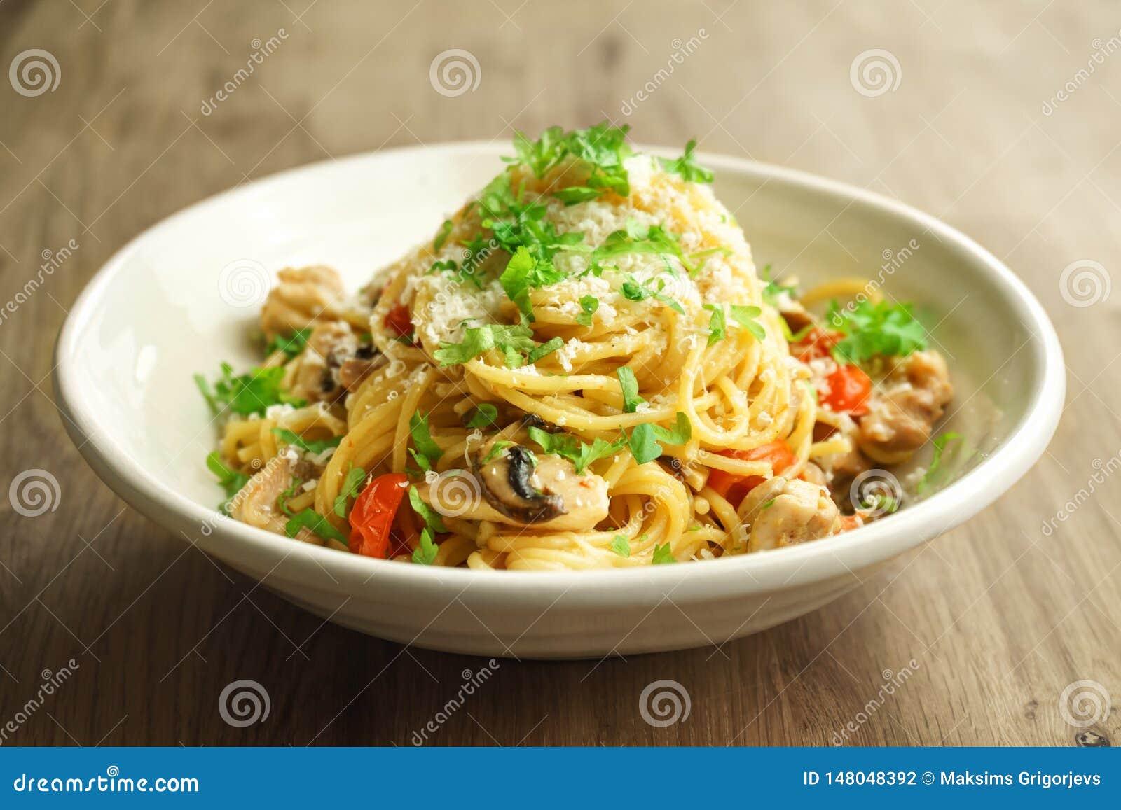 Spagetti une pâtes de pot avec le poulet, les champignons et les échalotes à une sauce crémeuse