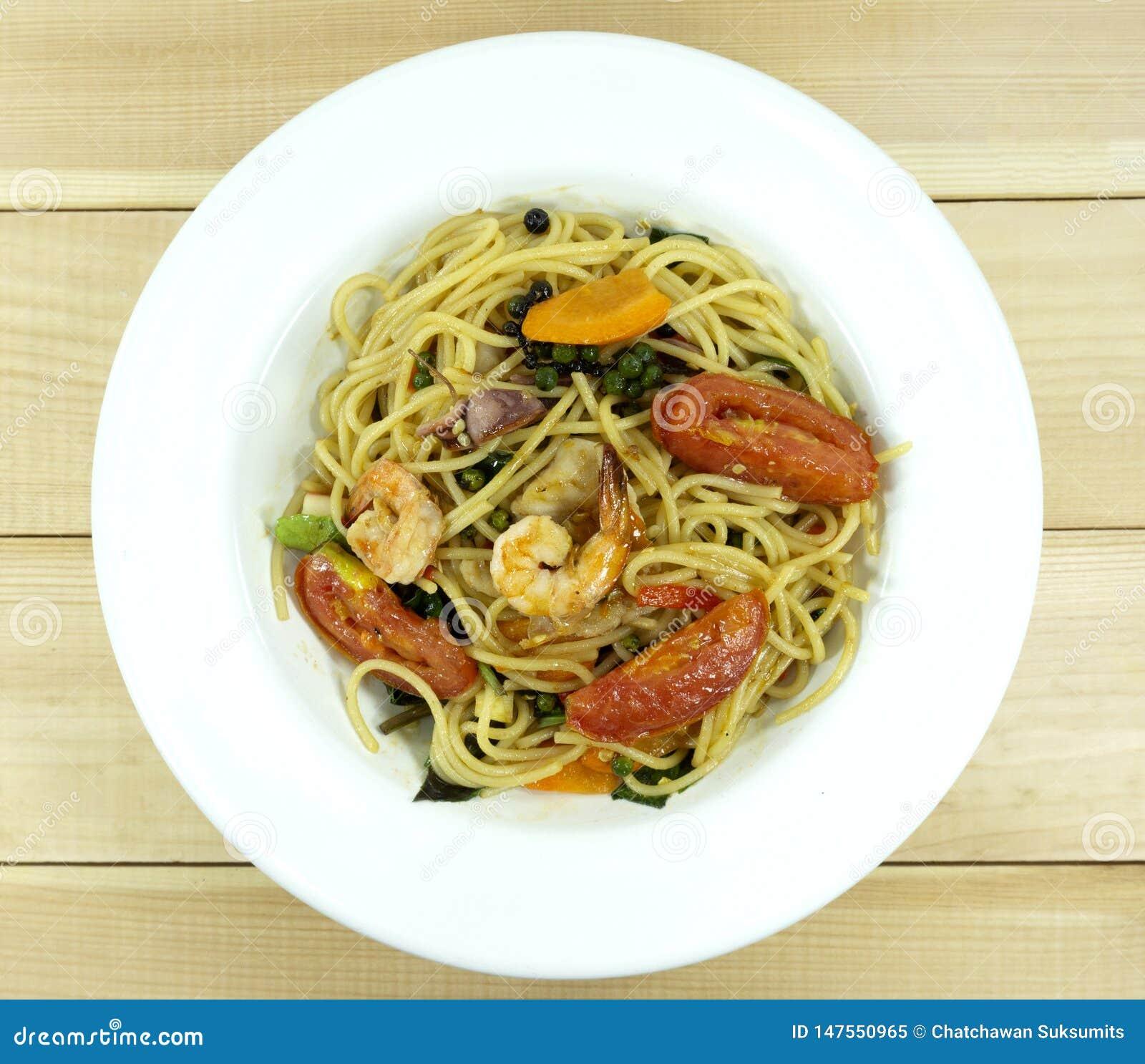 Spagettiskaldjur i en maträtt på en vit trägolvtabell