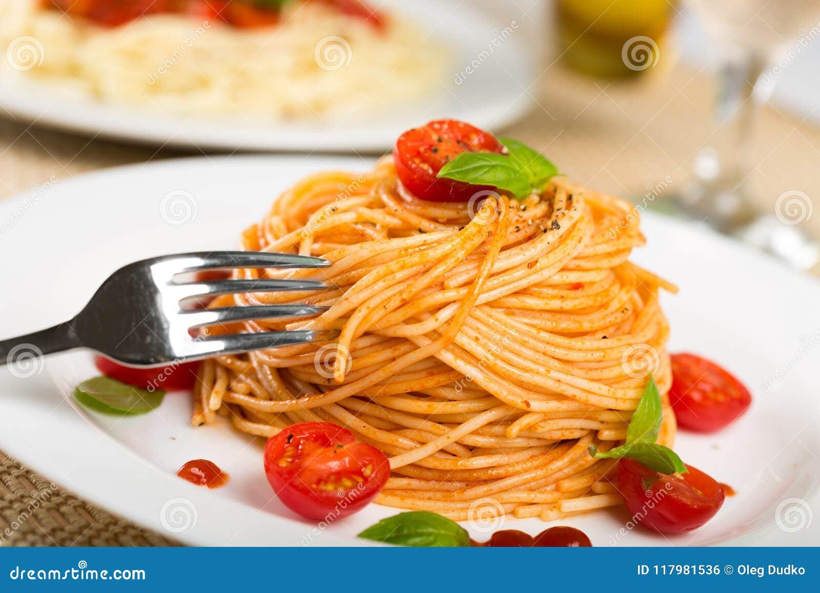 Download Spaghetti fotografia stock. Immagine di gastronomy, pasto - 117981536
