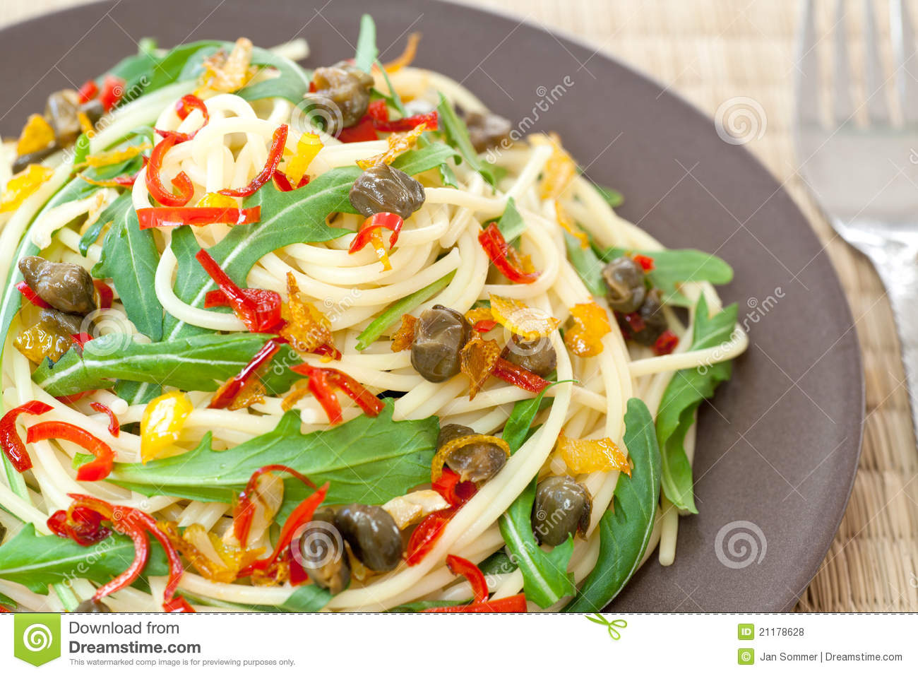Spaghetti with arugula, chili and onions
