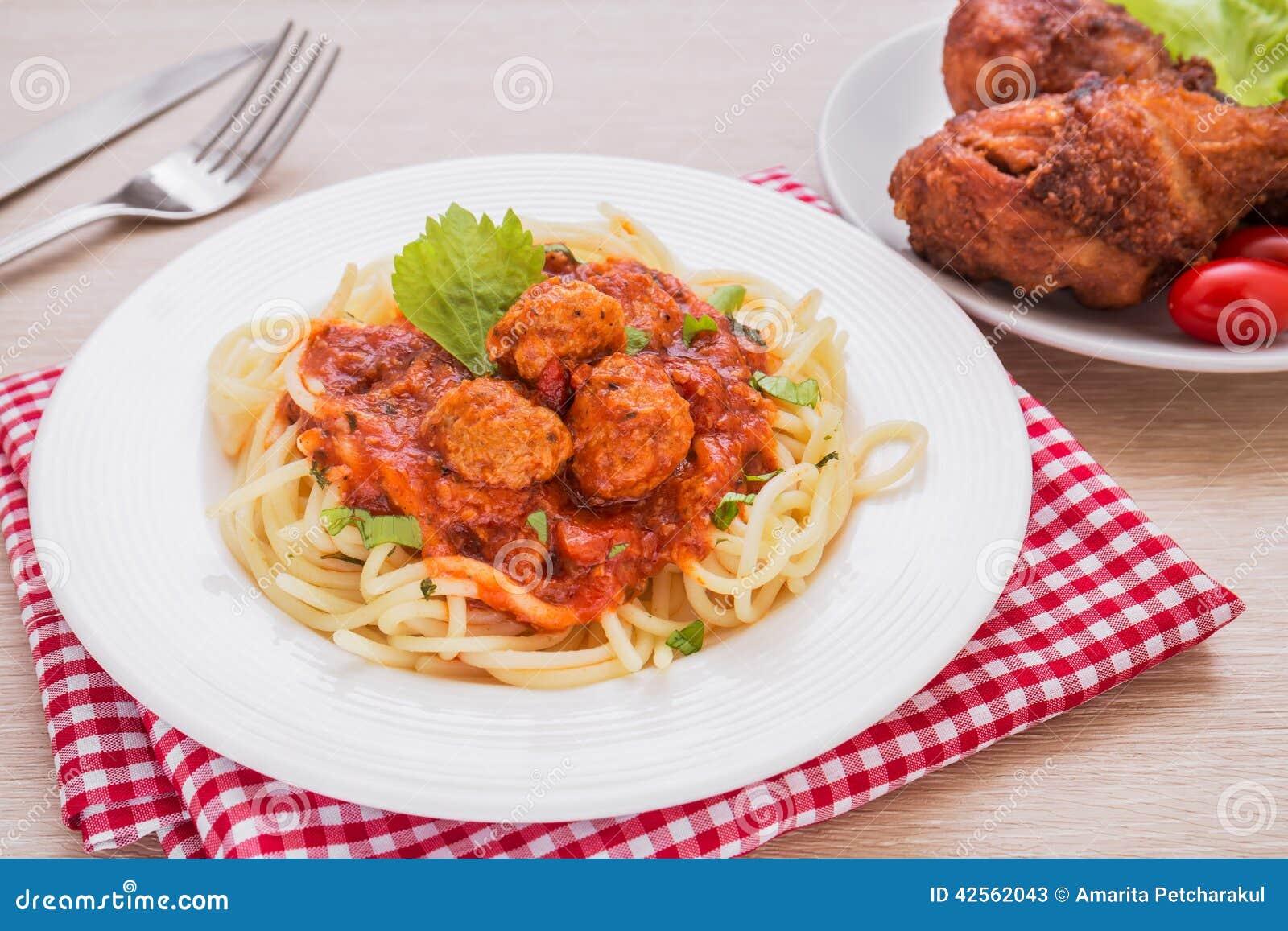 Spaghetti avec des boulettes de viande en sauce tomate et poulet frit photo stock image 42562043 - Boulette de viande en sauce ...