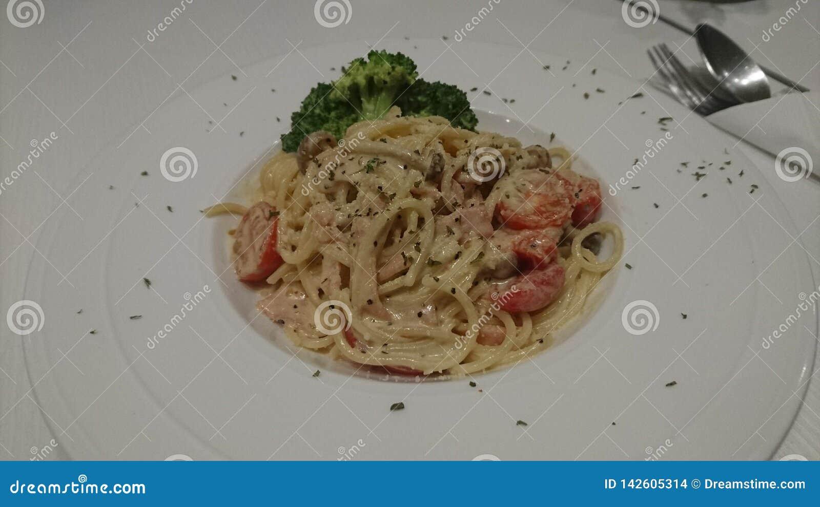Spaghetti Carbonara z Czereśniowymi pomidorami