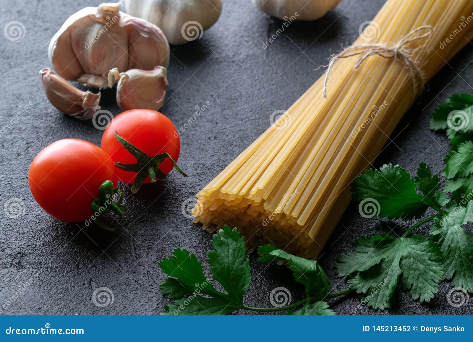 Spaghetti ciasta makaronowego niegotowane