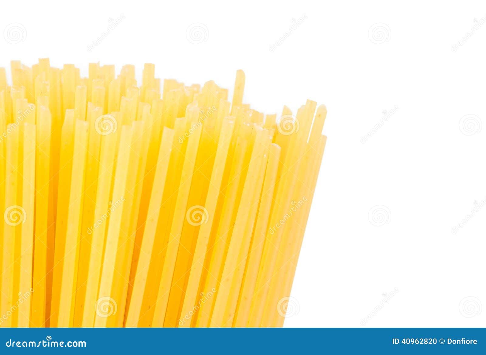 Spaghetti crus sur le fond blanc photo stock image du for Fond blanc cuisine