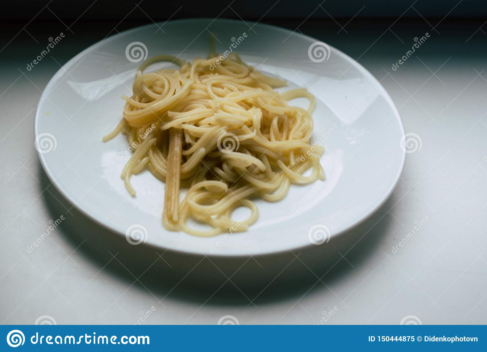Spaghetti d un plat blanc