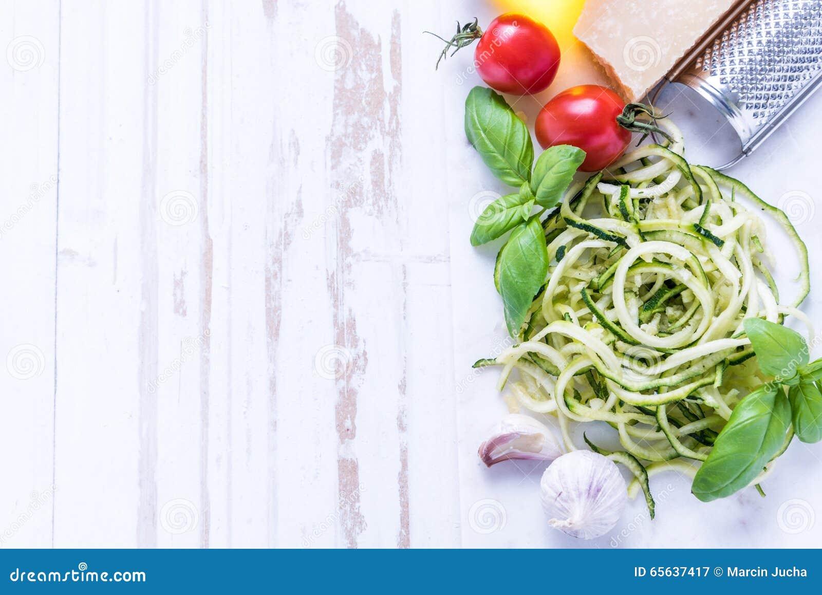 Spaghetti de courgette avec le parmesan et les herbes