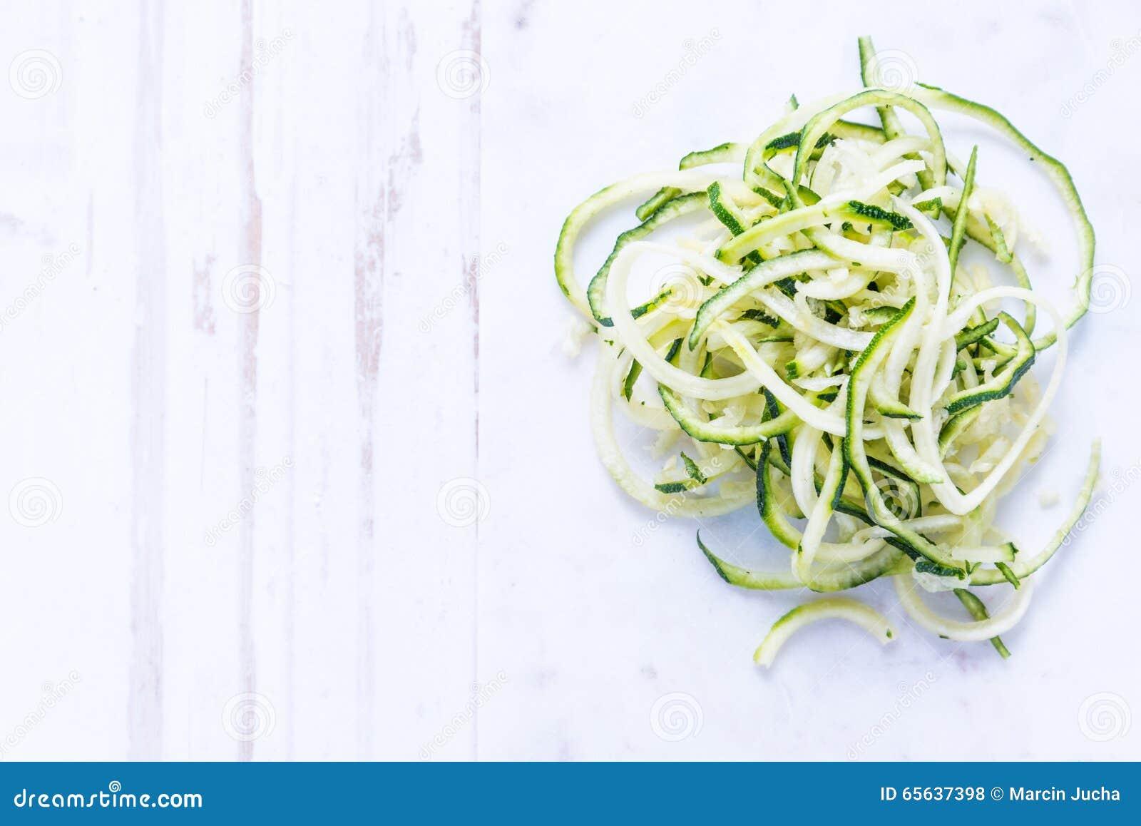 Spaghetti de courgette sur le fond blanc
