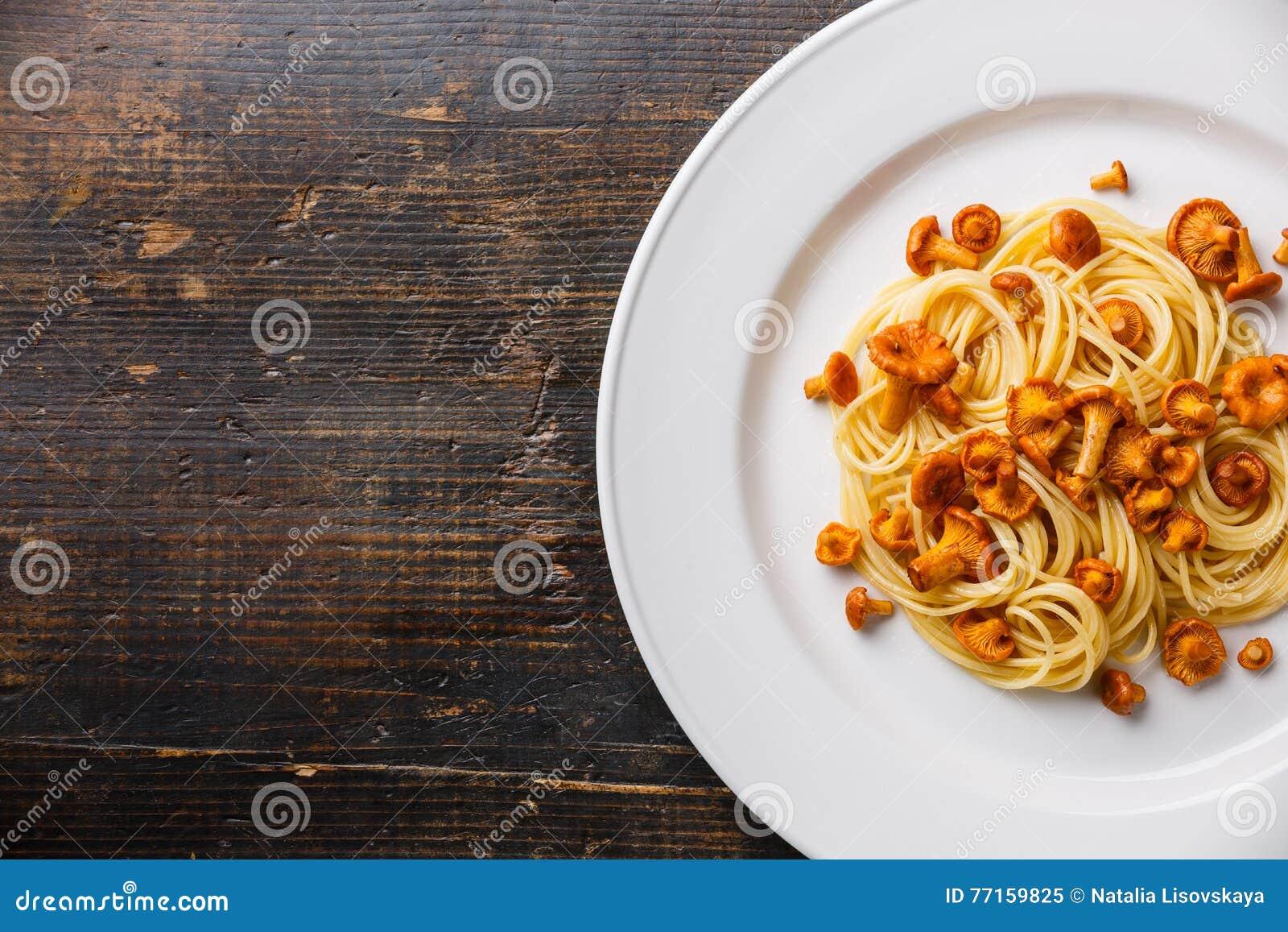 Spaghetti de pâtes avec la chanterelle