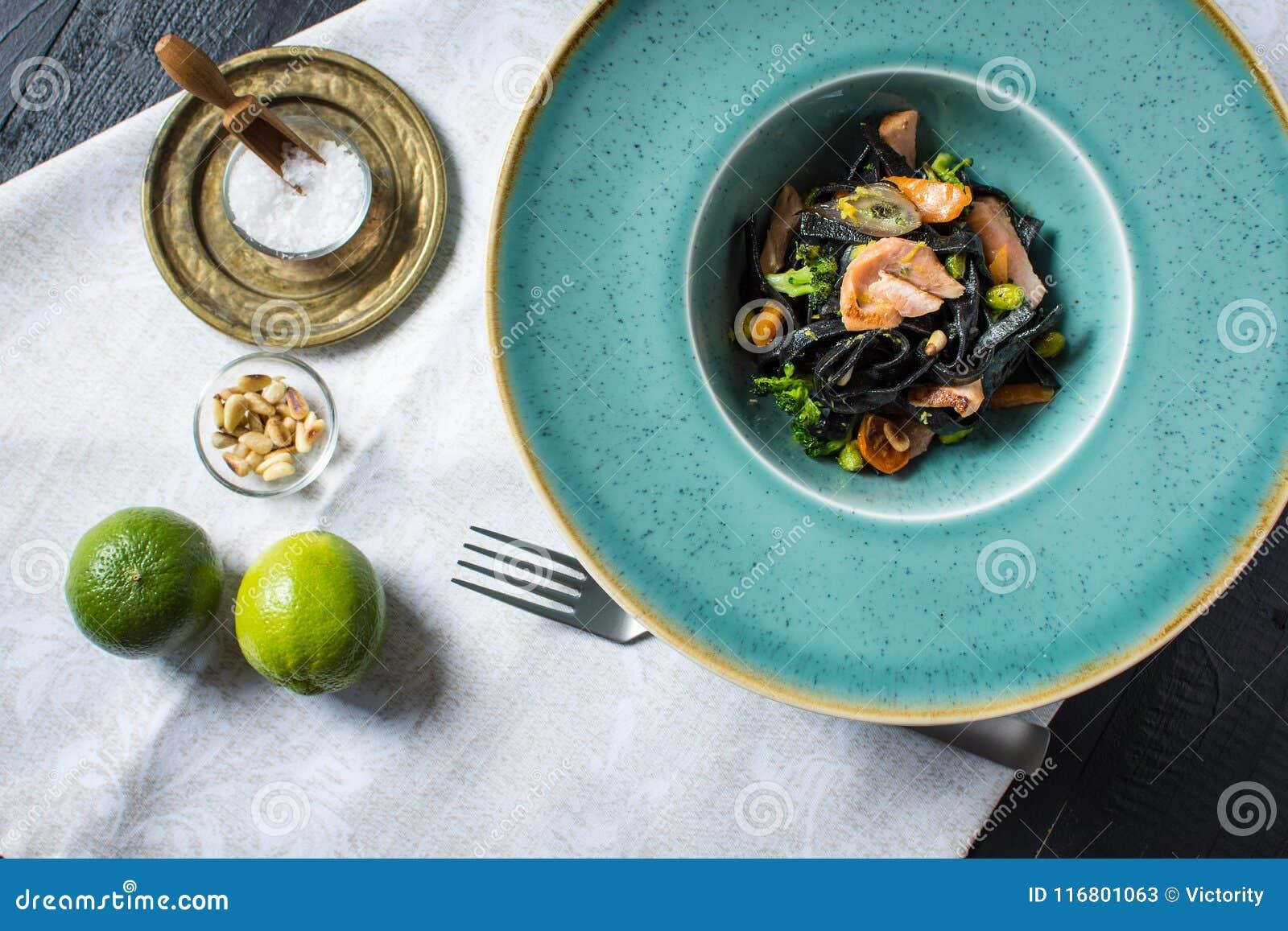 Spaghetti del nero dell inchiostro della seppia con il salmone e le verdure