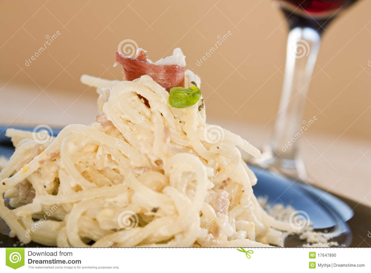 Spaghetti with ham and cream