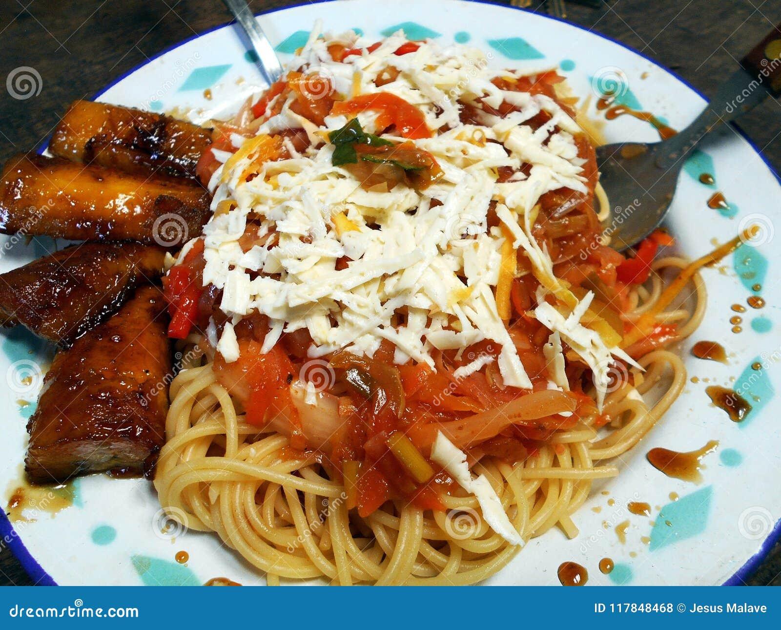 Spaghetti met kaas in de Zuidamerikaanse stijl wordt voorbereid die