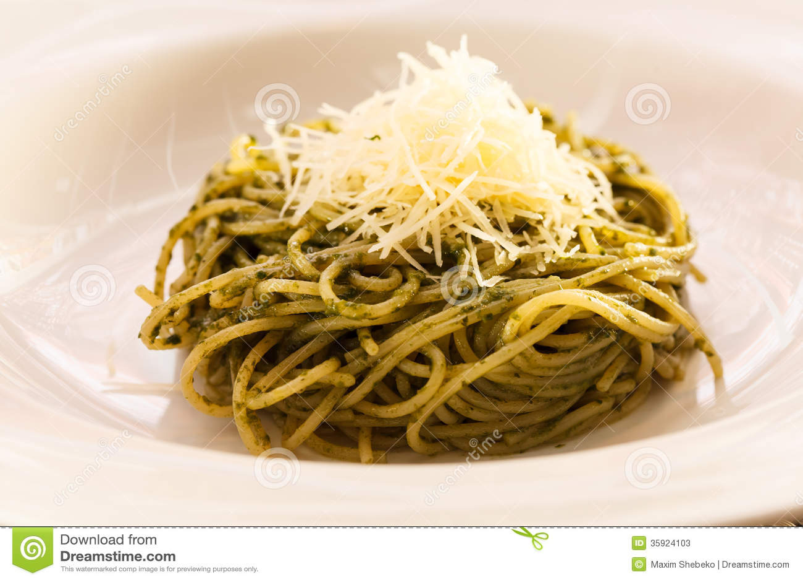 Spaghetti mieszający z pesto