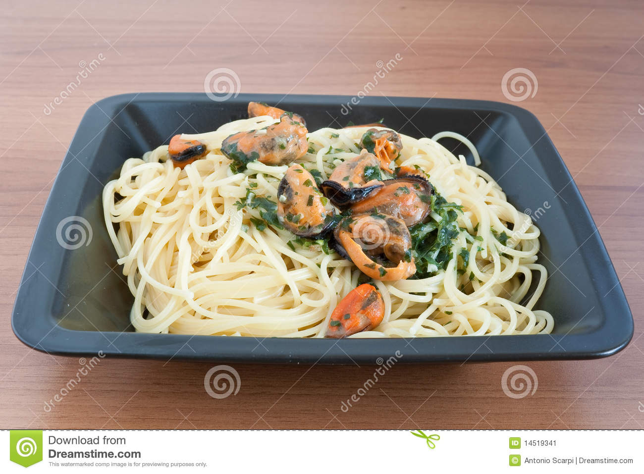 Typical italian cooking: spaghetti with mussels and garlic.