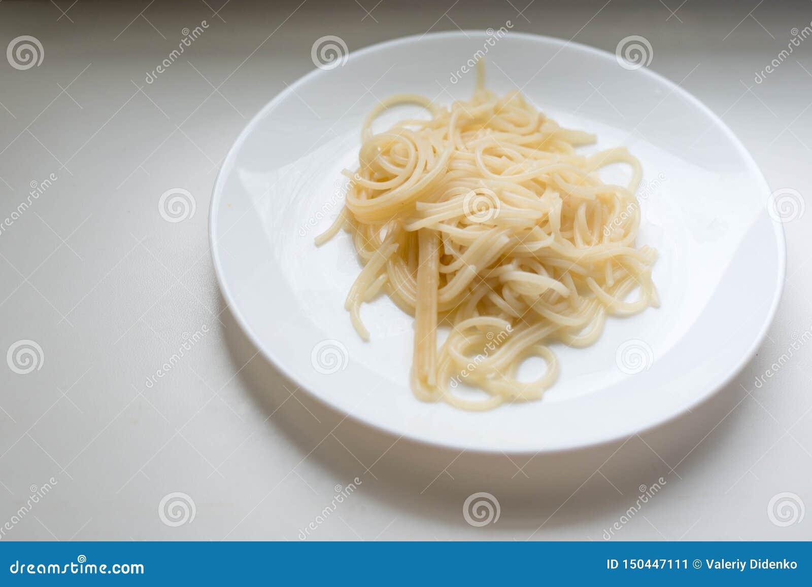 Spaghetti na bia?ym talerzu