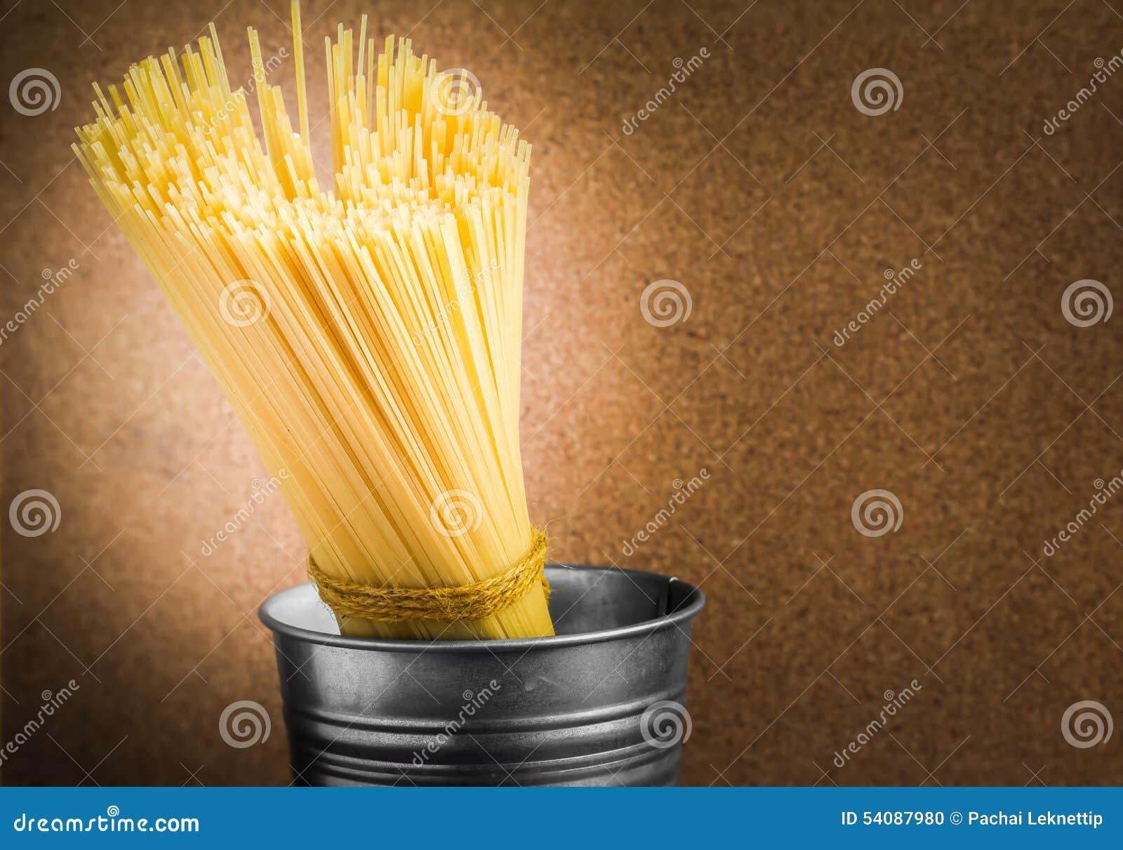 Spaghetti ongekookt in emmer