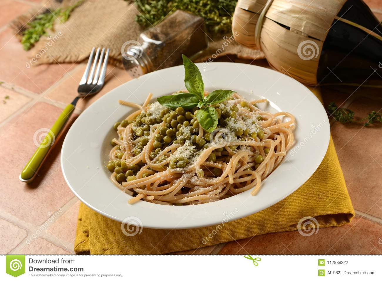 Spaghetti with peas and cheese