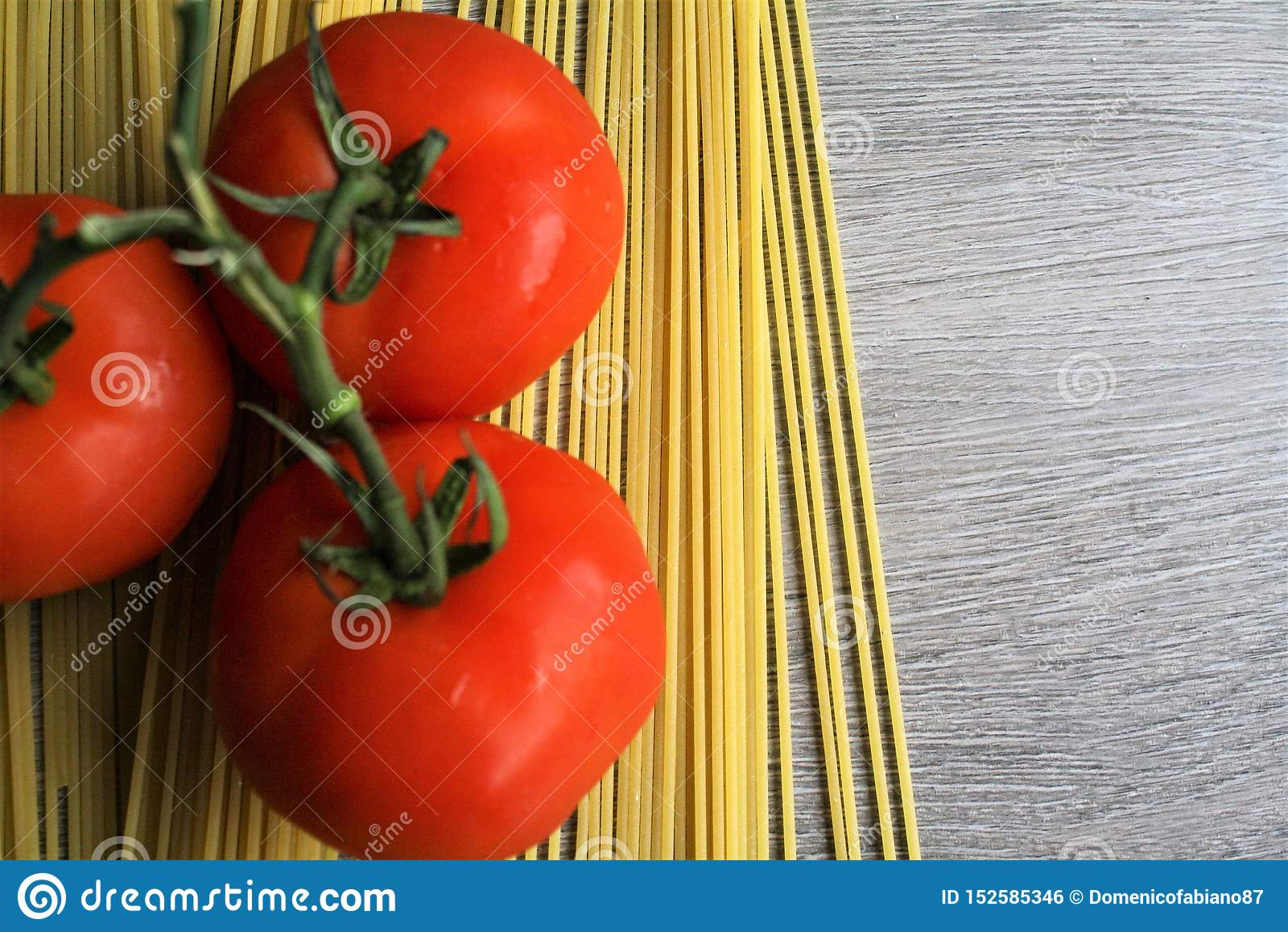 Spaghetti & pomidory na Drewnianym stole