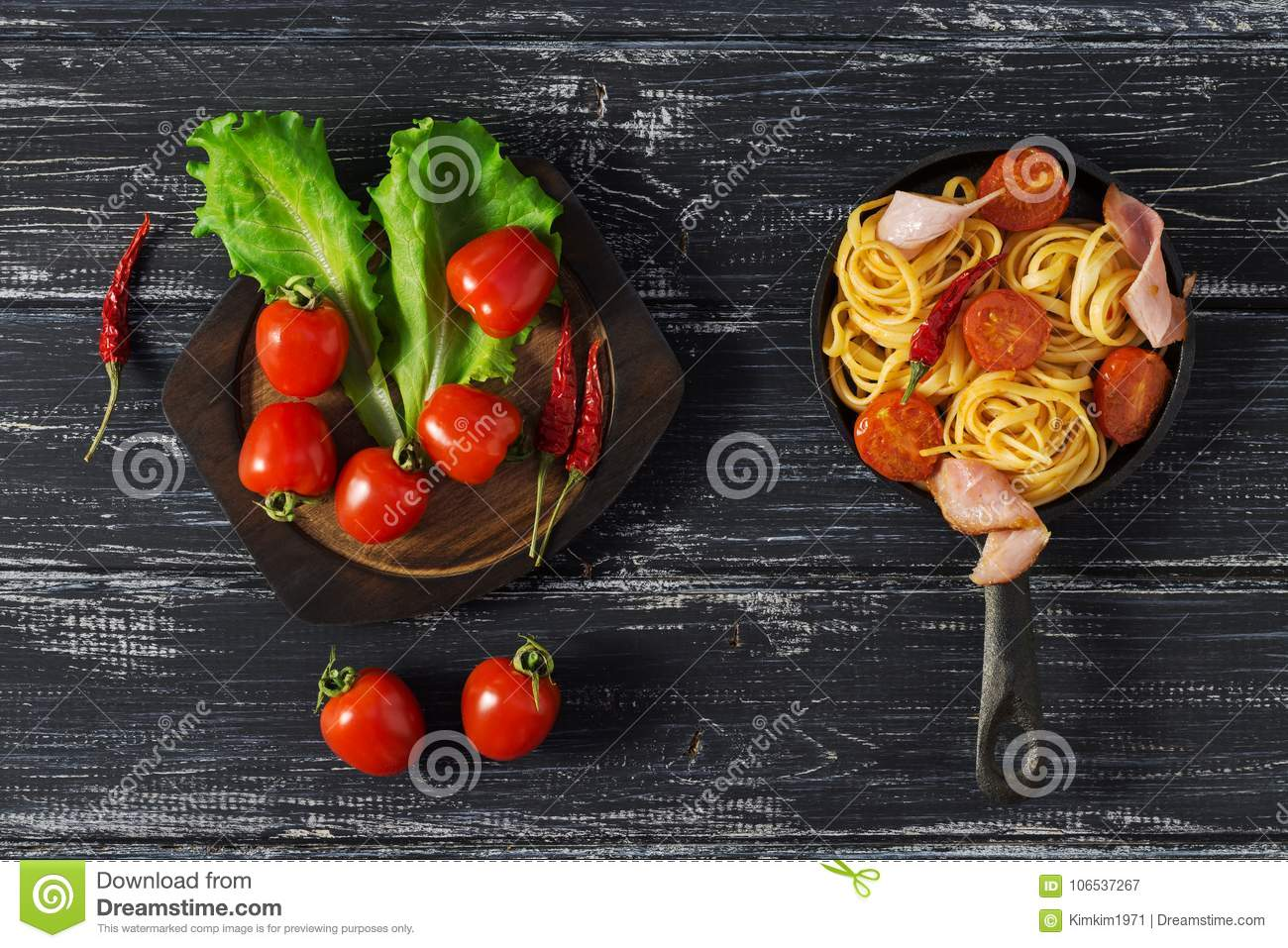 Smalle Kast Wit.Spaghetti With Tomato And Ham Served On A Small Cast Iron Frying Pan