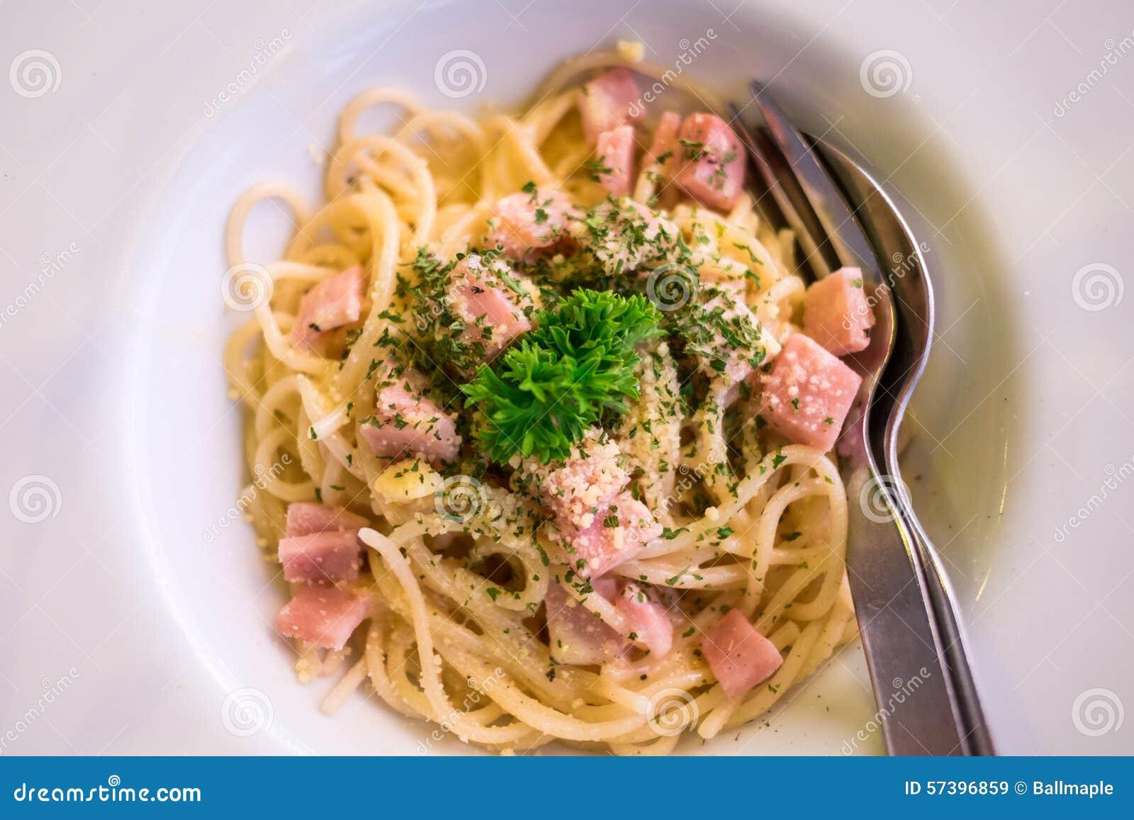 Spaghetticarbonara (met ham) op witte plaat