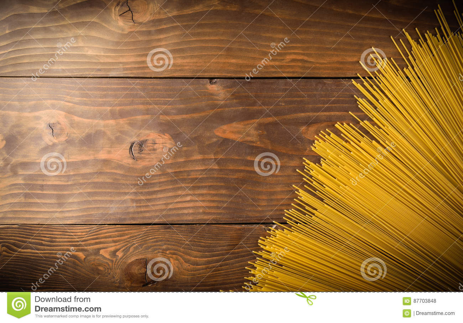 Spaghettii sur la vue supérieure de fond en bois