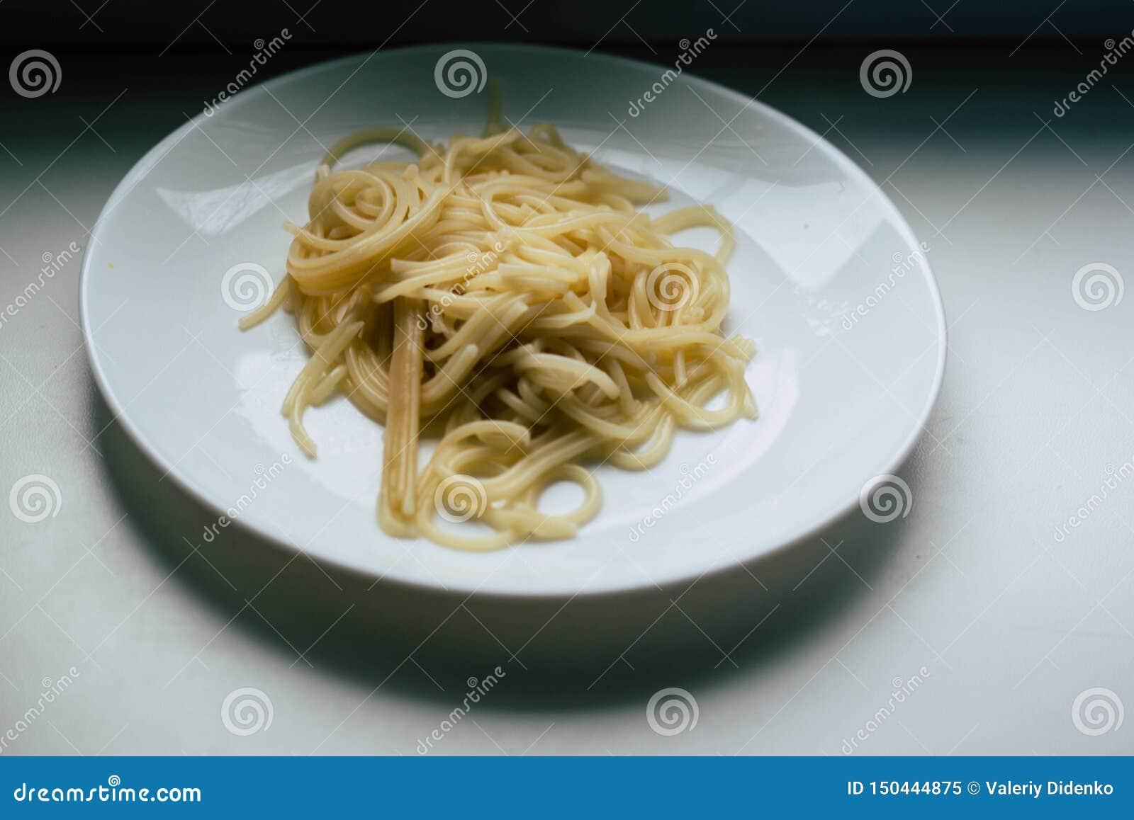 Spaghettis auf einer wei?en Platte