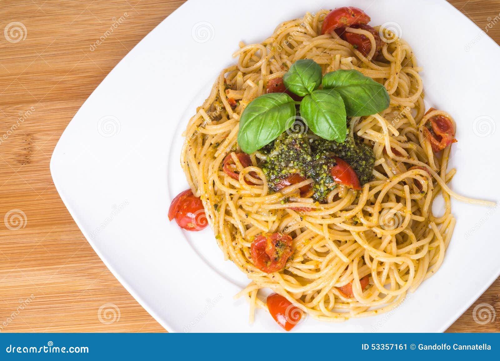 Spaghettis mit Kirschtomaten und Pesto