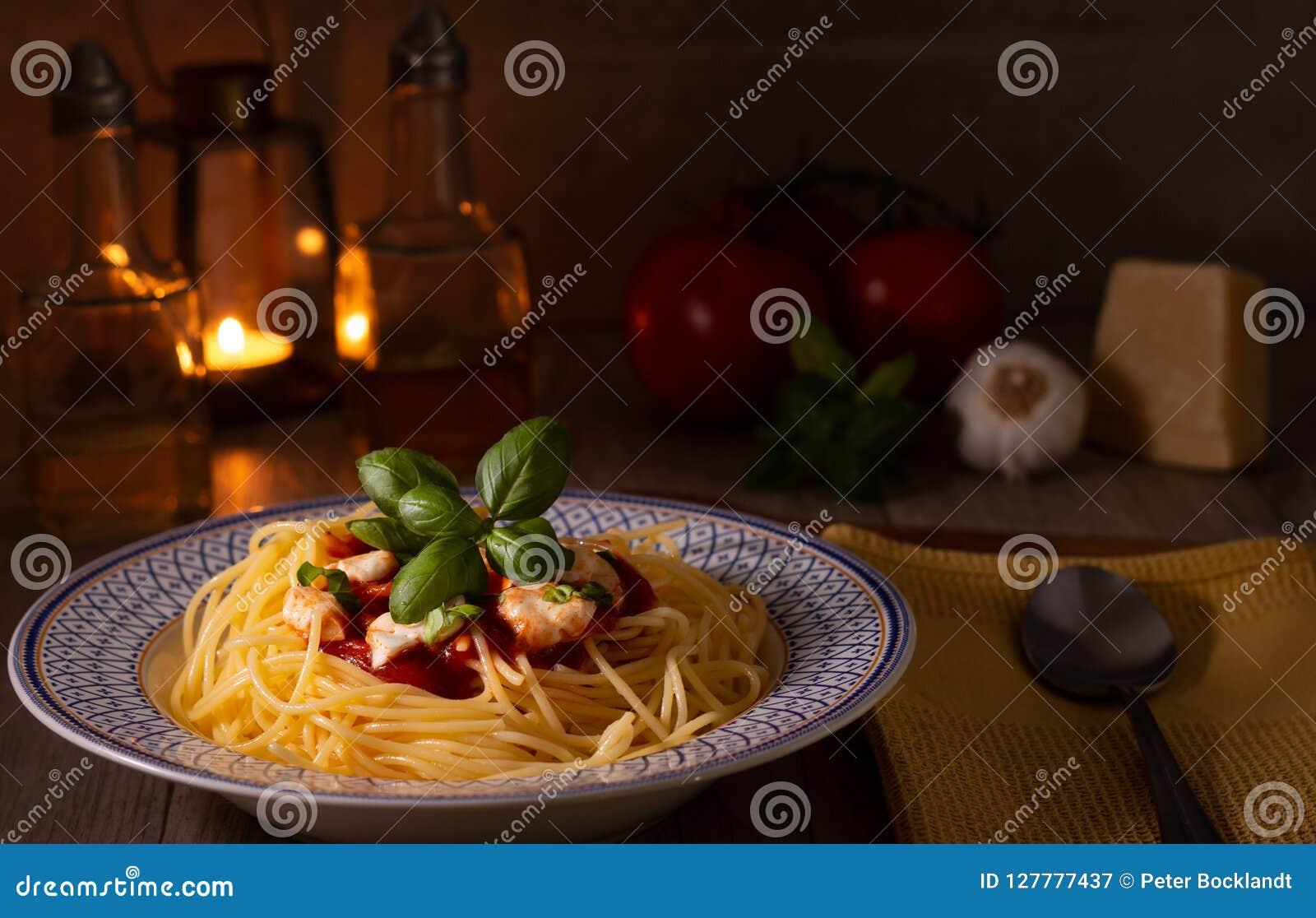 Spaghettis mit Mozzarella und Tomatensauce