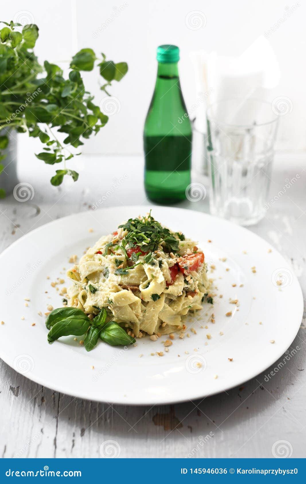 Spaghettiteigwaren mit Blumenkohl und Spinat Teller auf einer wei?en Platte
