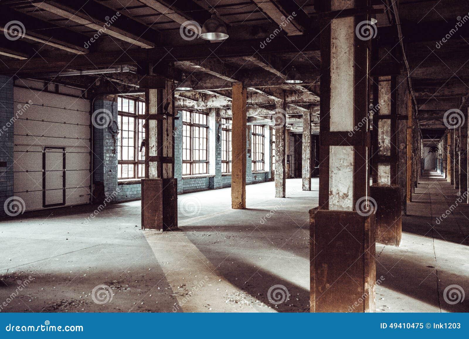 Download Spalten In Einem Metallhalter Stockbild - Bild von creepy, hauptstadt: 49410475