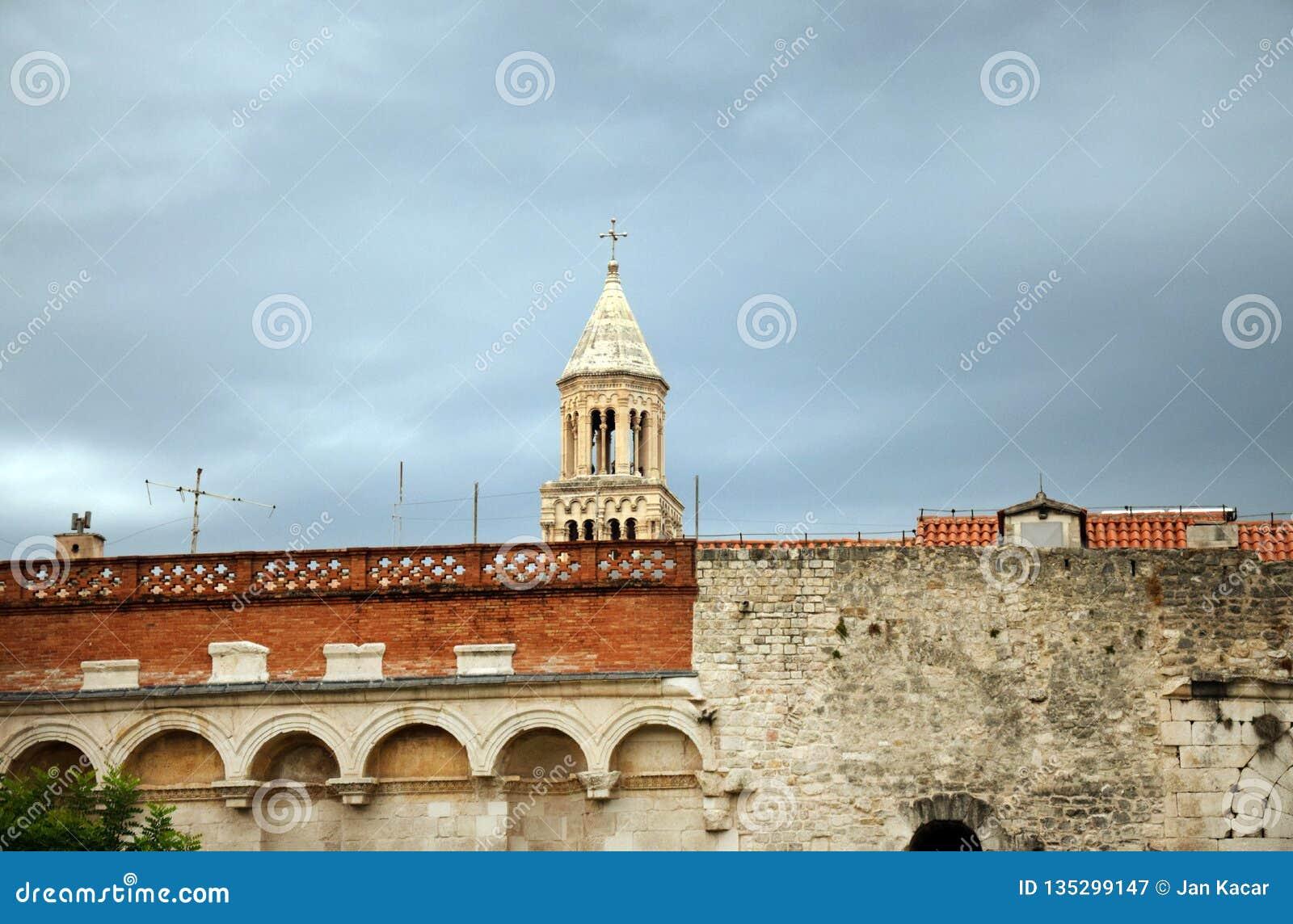 Spalten Sie sich, Kroatien - Heiliges Domnius-Kathedralen-Turm auf