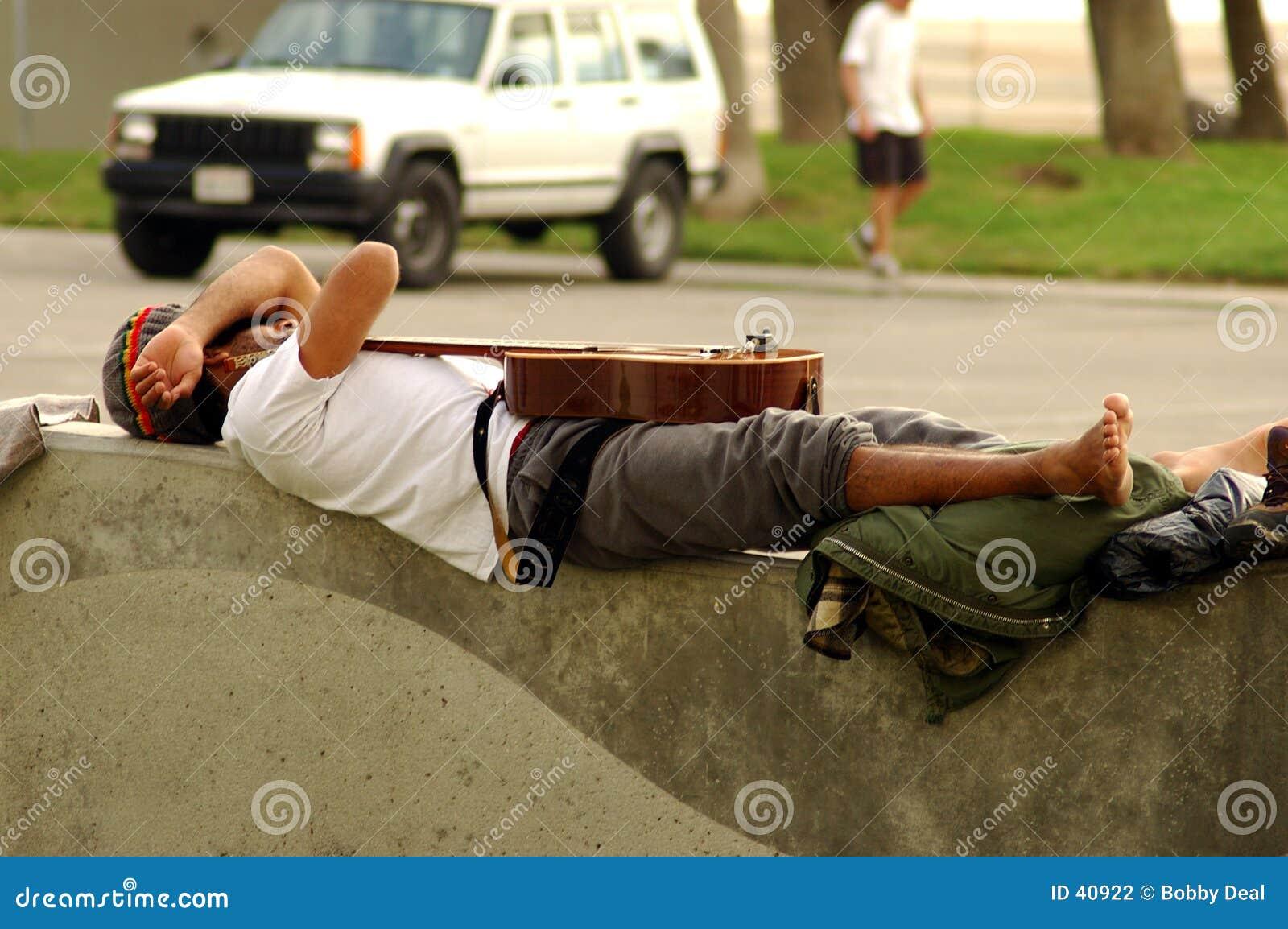 Spanie na gitarze